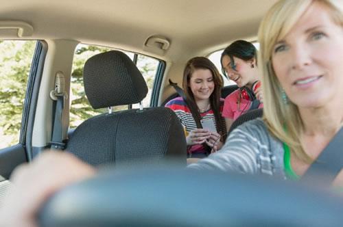 mae dirigindo filhos banco tras celular